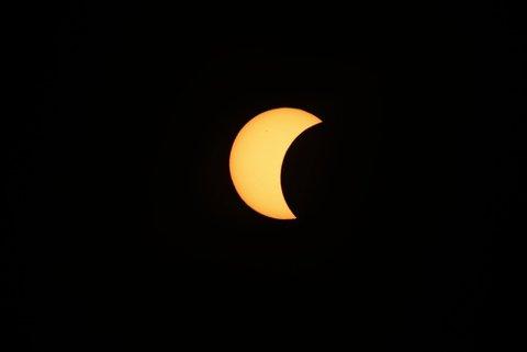 SOLFORMØRKELSE: Solformørkelsen over Oslo i dag vil gjøre at 31 prosent av sola «forsvinner». Bildet er fra forrige solformørkelse, i 2015.