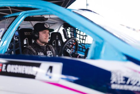 ALDRI REDD: Det hender at Toyotaen kommer opp i rundt 200 km/t inn i første sving. Men redd er han aldri.  – Jeg sitter sikkert inne i bilen. Mor var nervøs i starten, men det har roet seg, forteller Fredrik Øksnevad.