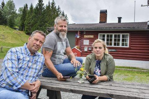 Oppgitte: – Det er utrolig at vi i 2018 ikke kan få mobildekning her oppe, sier Anne Nymoen Jensen som driver Eiksetra sammen med Sven Helgevold (i midten). Her med Per Arne Bredesen (Ap) som er helt enig.