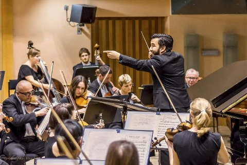 DIRIGENTEN: Etter en broket og variert musikalsk bakgrunn, bestemte Aage Meyer (25) fra Tranby seg for å bli dirigent. Og siden har han ikke sett seg tilbake. Foto: Privat
