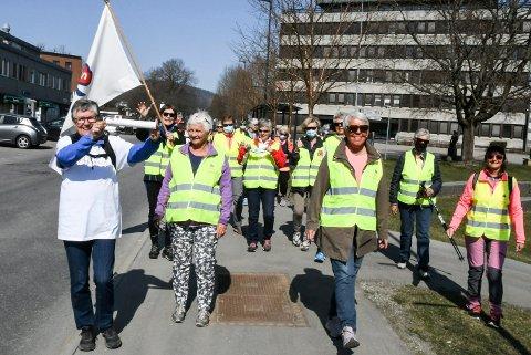 MARSJ FOR FOLKEHELSA: Grete Gilje (t.v.) løfter stolt stafettpinnen på sin ferd mot Drammen for å feire 125-årsjubileum til N.K.S.