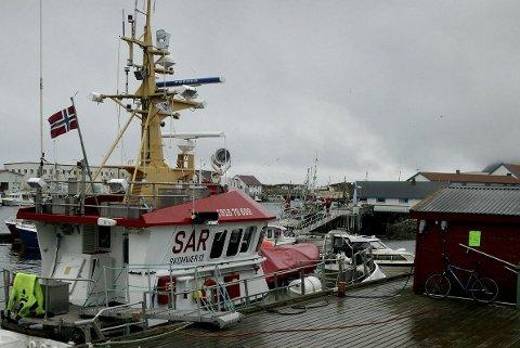 HEVES: Redningsskøyta «Skomvær III» begynte å slepe sjarken, men den sank på rundt 80 meters dyp. Må skal sjarken heves. Foto: Rune Ellingsen