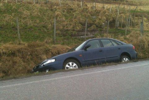 Bil i grøfta i Hagskaret på Vestvågøy.