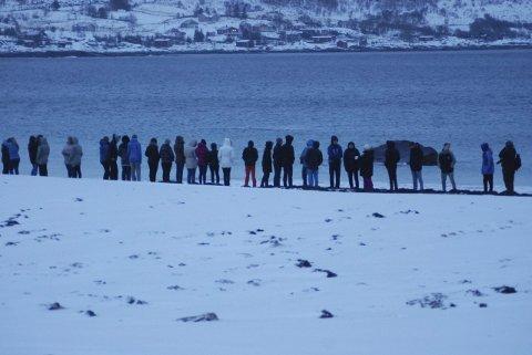 Stilte opp: Fra fotosesjonen til «Mapping Lofoten» på Hauklandsstrand. 180 elever fra ungdomsskolen på Leknes deltok i et prosjekt som knytter sammen Europa i en kystlinje. Bilder fra dagen i januar i år vil presenteres på utstillingen på Galleri 2.Foto: Øystein Ingebrigtsen
