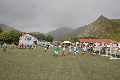 Anlegg: Her er Svenningsletta under Bendit Cup hvor flere hundre unger kommer til Svolvær for å spille. Det grå bygget i bakgrunnen bygde Svolvær IL, og drives nå som Knøttene Barnehage – med Lofoten Industri som utleier. Foto: Lofotposten.
