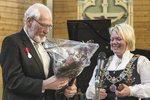 MEDALJE OG BLOMSTER: Svein Kristen Kongsjord (82) fikk Kongens fortjenestemedalje for sin interesse og innsats for lokal- og kulturhistorie i og på Vestvågøy av fungerende ordfører Elisabeth Holand.