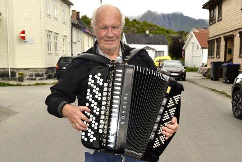 Nært forhold: Kåre Jonsen og trekkspillet har hatt et nært forhold i over femti år. Her spiller han opp i ei gate i Kabelvåg. Foto: John-Arne Storhaug.