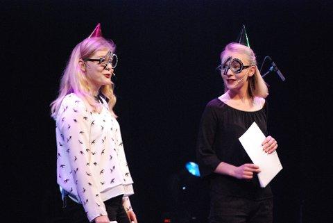 Konferansierene Marte og Kristin i jubilantbriller