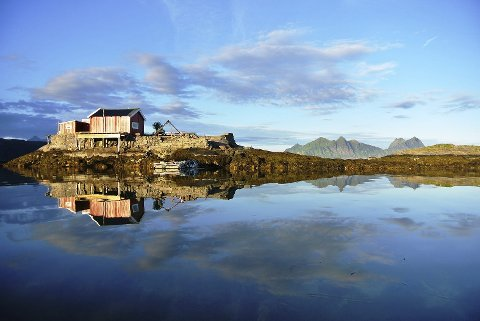 Idyll: Lite husvære på liten holme ved Svolvær: Foto: Kristian Nashoug