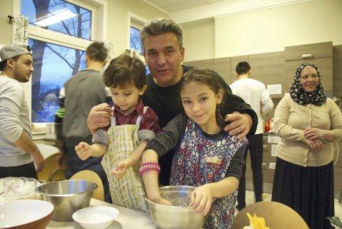 Brødbakeverksted: Majer med sine to barn kommer fra Syria. De har vært i Norge i ett år, og delte av sin erfaring innen brødbaking. Foto: Silje Annaniassen