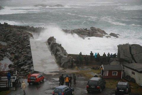 Bølgene slår over moloen i Kabelvåg