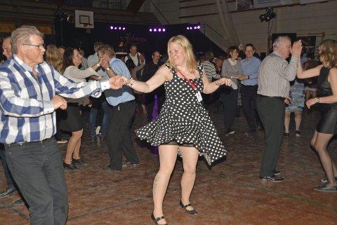 Danseglede: Dansen satt som et skudd for Lina Brandt og Ivar Olufsen, da de møttes på dansegolvet under Vestvågøy Swingklubbs dansegalla i Lekneshallen. Alle foto: Geir Inge Winther