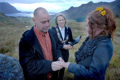 Jimmy Blom og Camilla Lundberg giftet seg på Vestvågøy.