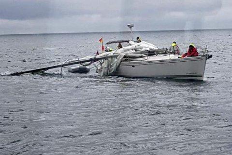Seilbåten hadde seilet oppe da masta løsnet i festet nede på dekket.