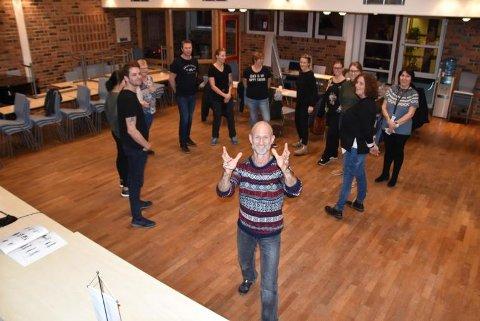 Mattis Sandberg fra selskapet Mosaikk, kurset ansatte innen helse i Vestvågøy kommune i forebygging og håndtering av vold og trusler.