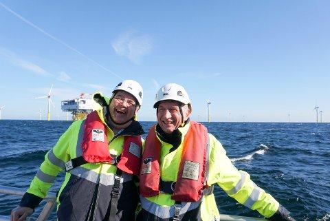 Olje- og energiminister Kjell-Børge Freiberg (til venstre) med Equinors styreleder Jon Erik Reinhardsen på vei ut i båt til Arkona havvindpark i Tyskland.