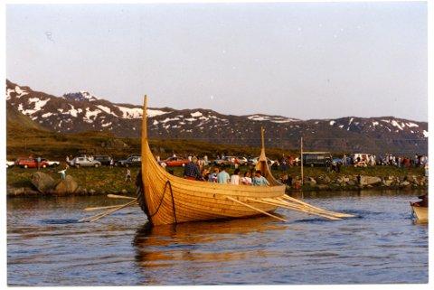 """Vikingskipet """"Lofotr"""" rett etter sjøsettingen 3. juni 1992. For å få skipet ut av pollene, til åpent hav, ble Nesjestraumen gjort dypere året før."""