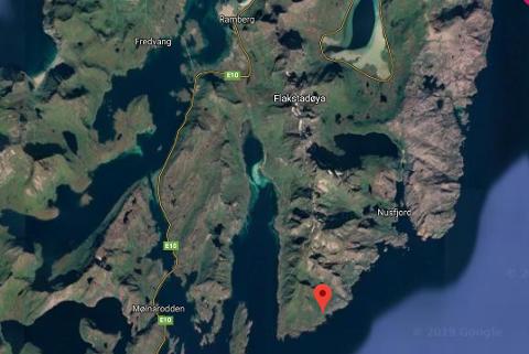Det tidligere fiskeværet Nesland (rødt merke) ligger på sørsida av Flakstadøya, mellom Skjelfjord og Nusfjord. Det er ingen helårsboliger på Nesland i dag. Veien pleier å være vinterstengt mellom nyttår og påske.