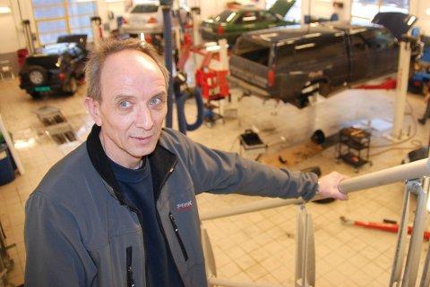 """Kristian Olsen og sønnen Børge Olsen eier fortsatt """"Esso-tomta"""" i sentrum av Leknes, og de har siden de kjøpte tomta i 2012 prøvd i flere runder å få sette opp et forretningsbygg på tomta."""