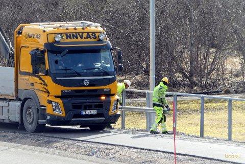 Et arbeidslag fra Nordnorsk veisikring i aksjon en onsdag i april.