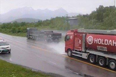 Holdahl maskin og transport måtte ut med tre av sine ansatte for å spyle bort oljesøl på Hagskaret tirsdag formiddag.