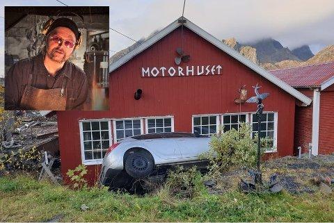 """Farens lastebil og """"Motorhuset"""" til Tor-Vegard Mørkved (innfelt) ble skadet da en bil kjørte utfor veien i Sund natt til fredag."""