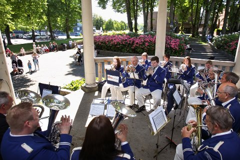 FOR FULL MUSIKK: Krapfoss Hornorkester spilte i Musikkpaviljongen i Kirkeparken.