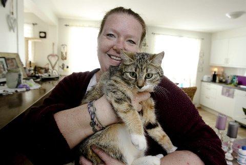 Et bedre katteliv: Siv Ekhaugen er en erfaren fostermor. Hun har hatt katter boende hos seg i alt fra et par timer til tre måneder. begge Foto: Terje holm