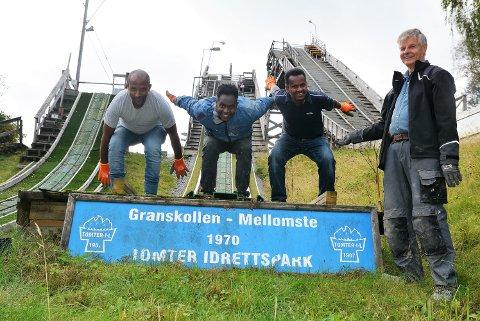 Hopper i det: Mulugeta Guta (til venstre), Wendemagegn Tola og Mohammed Ali trives godt med å jobbe dugnad for hoppgruppa i Tomter IL. Til høyre står dugnadsleder i hoppgruppa, Jan Lindemark