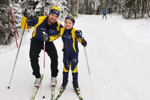 KOM DEG UT-DAGEN Søndag kan også solen komme på visitt til mossedistriktet. Her er Kjetil Tomter (til venstre) og sønnen Ludvik Westheim-Tomter som koser seg i skiløypa ved Noreødegården.