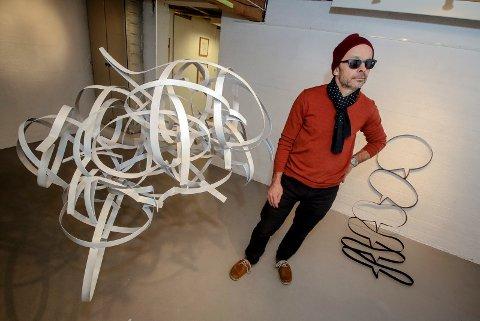 SNAKKEBOBLER: Mossekunstneren Jan-Erik Beck åpner utstilling i Rugge kunstforening på lørdag. Her med installasjonen «Jeg er alltid enig med siste innlegg i kommentarfeltet».
