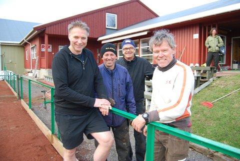 GODT HUMØR: Nyvalgt leder Glenn Johnsen (til høyre) og Tom Jetteng (fra venstre), Ole Conrad Reier og Petter Svendsen er på vårdugnad.