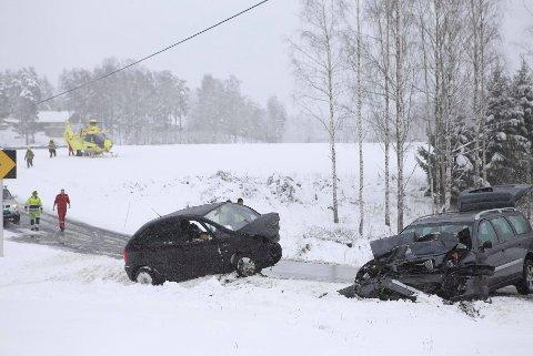 ALVORLIG: Mannen og kvinnen satt fastklemt i bilen etter ulykken. De ble alvorlig skadet i kollisjonen.