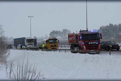 E6: En bil sto lenge på E6 ved Årvoll etter å ha vært innblandet i et trafikkuhell. Trafikken i nordgående felt gikk sakte, men ble dirigert forbi bilen som hadde sklidd inn i autovernet.