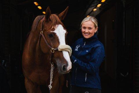 Liselotte Lefsdal tok over store deler av driften på Norødegården ridesenter i høst. Her sammen med hesten Oase.