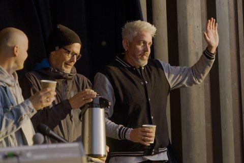 MAGISK KONSERT: Trygve Skaug får servert en kaffe i det sola står opp over Nesparken.