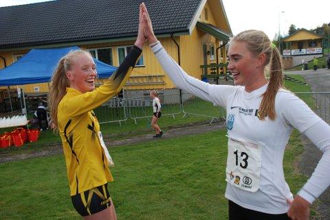 MEDALJEVINNER: Grethe Tyldum (til venstre) gir high five til juniorvinner Andrea Modin Engesæt etter bronsen under årets NM i terrengløp lang bane søndag.
