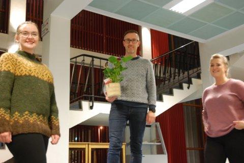 ETTER BOKA: Her ser vi de tre vinnerne av ukas blomst holde korrekt avstand til hverandre. Fra venstre: Drill-instruktør Kristin Mørkved, dirigent Håvard Solum og dirigent Sigrid Pedersen.