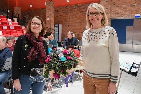 PROGRAMLEDERE: Anne Hultgreen Urdsals og Marit Måøy Holm var programledere da Kolvereid Hornmusikk gikk live på sin tradisjonelle julebasar sist lørdag.