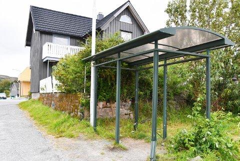 RØRVIK: Det er ingen tvil om at busskuret på Rørvik er i dårlig forfatning.
