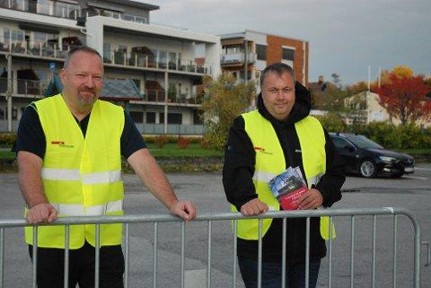 HÅPER PÅ LØSNING: Bussjåførene Ole Christian Stav og Ole Torstein Myrvold synes det er urettferdig at det gis lønnsøkninger til toppsjefer, samtidig som arbeiderne blir avspist med det de betrakter som smuler.