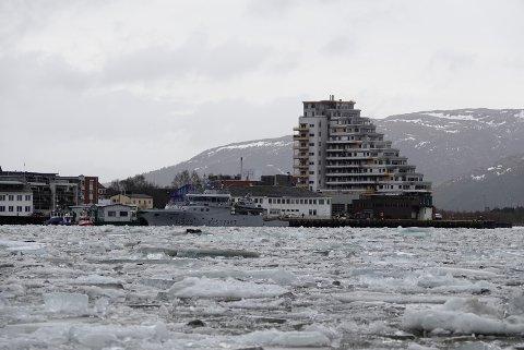 SKAPER UTFORDRINGER: Isen som har blitt fraktet ned Namsen i helga skaper nå problemer for båttrafikken i Namsenfjorden.