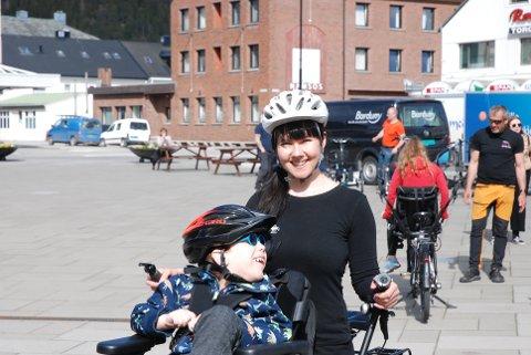 Henrik Hojem Knudsen (5) og Else Katrine Hanslien fra Solvang barnehage var blant de frammøtte på Festplassen.