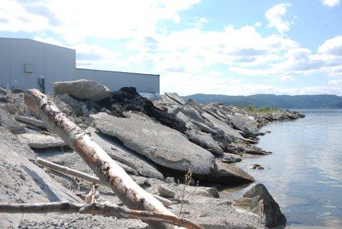 DUMPER BETONG: Betong- og asfaltrester siger ubønnhørlig ned mot vannkanten ved Statkraftanlegget i Pinavegen. Nå skal det ryddes opp.
