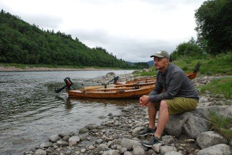 STRAMMER INN: På grunn av lavt innsig av laks til Namsenfjorden gjennom sesongen, innfører Namsenvassdragets elveeierlag strenge restriksjoner på laksefiske i elva. Styreleder Ola Seem sier at det er nødvendig for å bevare laksebestanden.