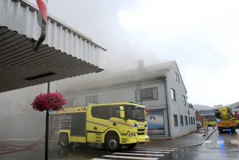 BLE EVAKUERT:  Lilli Reitan og hennes ektemann ble evakuert i brannen som startet i  Havnegata i Namsos tirsdag ettermiddag. De bor i leiligheten under der brannen startet.