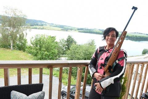 UTSIKT: Fra leiligheten i Eidsbotn har Randi Karoliussen flott utsikt over mot Nossum. Med geværet i hvilestilling.