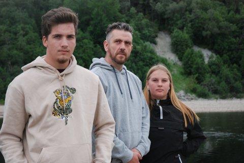DRUKNING: For Sander Melhus Olsen (fra venstre), Ivan André Kaldal Schjetne og Leah Iselin Grønvold Fornes ble badeturen dramatisk da en mann holdt på å drukne i Tømmeråshøla i helga.