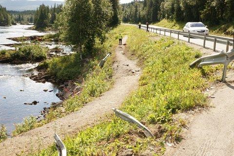 KJØRTE UTFOR: Bilen har havnet langt bortenfor stedet den har kjørt gjennom autovernet på Namsskogan