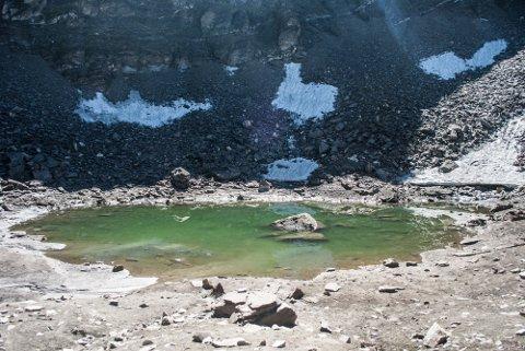 INNSJØ: I og rundt denne lille innsjøen skjuler det seg et mysterie forskere ikke har funnet svaret på.